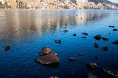 在岸的石头 库存照片