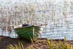 在岸的空的小船 免版税图库摄影
