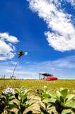在岸的红色小船和竹子小屋在蓝天 免版税库存照片