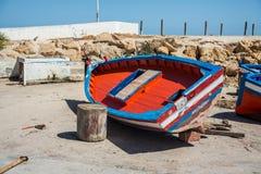 在岸的红色小船 维修服务 库存图片