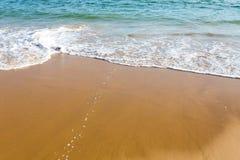 在岸的美好的地中海水搭接 免版税库存照片
