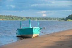 在岸的老小船 库存图片
