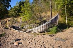 在岸的老打破的小船 图库摄影
