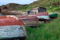 在岸的老渔船 免版税库存图片
