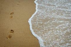 在岸的脚印 库存照片
