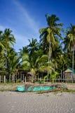 在岸的菲律宾泵浦小船 库存照片