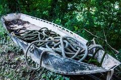 在岸的被放弃的干小船 免版税库存图片