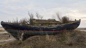 在岸的过时小船 库存照片