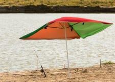 在岸的遮阳伞渔夫的 免版税库存照片