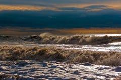 在岸的晴朗的风雨如磐的波浪 库存图片