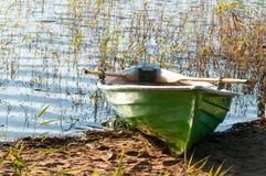 在岸的绿色小船 库存照片