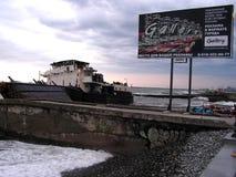 在岸碰撞的船 免版税库存照片