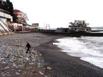 在岸碰撞的船 免版税库存图片
