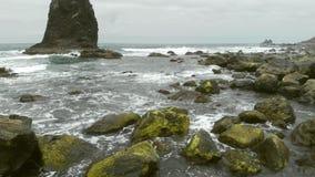 在岸英尺长度的岩石 股票录像