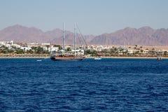 在岸附近的一艘帆船在海 免版税库存照片