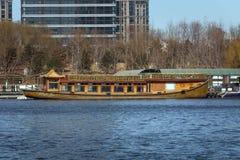 在岸附近的亚洲样式小船 停泊在船坞 免版税库存图片