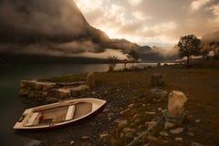 在岸附近的偏僻的小船,挪威 免版税库存照片