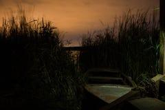 在岸附近的小船在链子 免版税库存照片