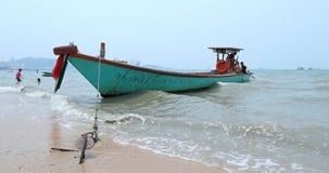 在岸附近的汽船在芭达亚海岸的波浪中在泰王国 免版税库存照片