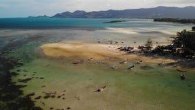 在岸附近的渔船 漂浮在海水的海岸附近的各种各样的五颜六色的渔船在热带国家 寄生虫上面 股票录像