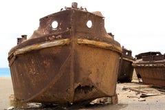 在岸附近的老溃疡船 免版税库存照片