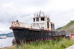 在岸附近的老生锈的渔船 库存图片