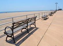 在岸附近的长凳 库存照片