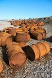 在岸,白海,俄罗斯的生锈的桶 免版税库存图片