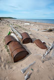 在岸, Chukotka的生锈的桶 免版税库存图片