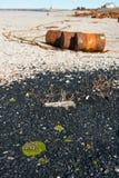 在岸, Chukotka的生锈的桶 免版税图库摄影