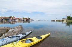 在岸Oregrund的两艘皮船 免版税库存图片
