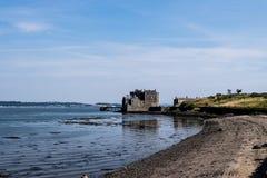 在峡湾的黑度城堡  库存图片
