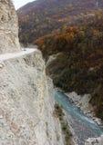 在峡谷之上的路在车臣山 库存照片