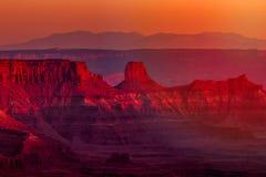 在峡谷和岩层日落的看法在西南犹他 免版税库存图片