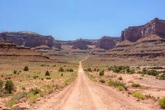 在峡谷地国家公园Shafer足迹路,默阿布犹他美国的路 免版税图库摄影