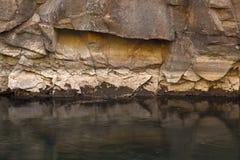 在峡谷屏障上的深绿河 库存照片