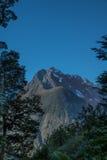 在峡谷的山在峡湾国家公园,新西兰 免版税图库摄影