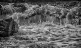 在峡谷的瀑布 免版税库存照片