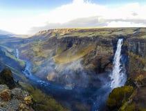 在峡谷的美妙的瀑布在冰岛 库存图片