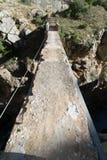 在峡谷的老桥梁 免版税库存照片