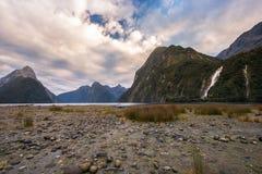 在峡谷秋天的轨道,峡湾国家公园, Milford Sound,新的ZealandMilford声音,新西兰 库存照片