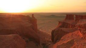 在峡谷Bayanzag的日落在蒙古 股票录像