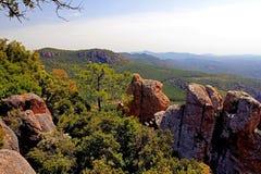 在峡谷Du Blavet上的红色岩石峭壁 库存图片