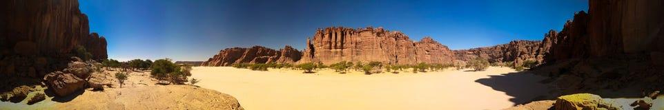 在峡谷Guelta d'Archei里面的亦称全景在东部恩内迪高原,乍得 库存照片