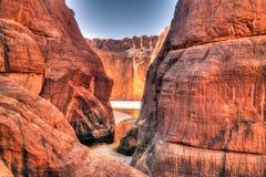 在峡谷Guelta d'Archei里面的亦称全景在东部恩内迪高原,乍得 免版税库存图片