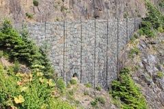 在峭壁一边的石桥梁 免版税库存照片