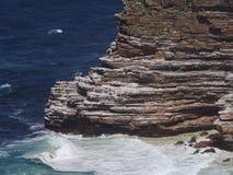在峭壁下的波浪 库存照片