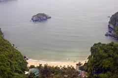 在峭壁下的海滩在猫Ba海岛 库存照片