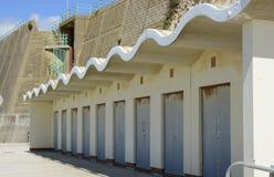 在峭壁下的海滩小屋在布赖顿附近 苏克塞斯 英国 免版税库存照片
