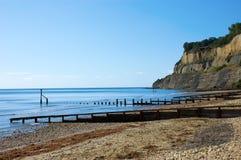 在峭壁之下的海滩使平静 库存照片
